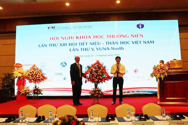 Đồng chí Nguyễn Trọng Diện, Giám đốc Sở Y tế tỉnh Quảng Ninh tặng hoa Chủ tịch Vũ Lê Chuyên